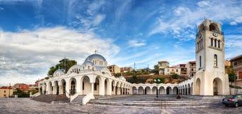 Panoramautsikt av den neo byzantine för PanagÃa Myrtidià för ortodox kyrka tissaen ³ i Pylos, Grekland royaltyfria foton