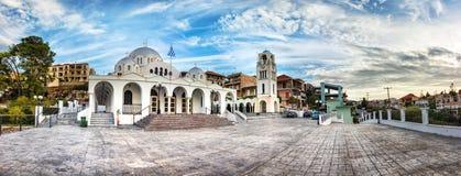 Panoramautsikt av den neo byzantine för PanagÃa Myrtidià för ortodox kyrka tissaen ³ i Pylos, Grekland arkivfoton