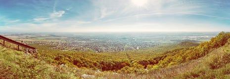 Panoramautsikt av den Nitra staden från den Zobor kullen, gult filter Arkivfoto