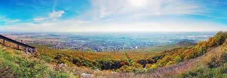 Panoramautsikt av den Nitra staden från den Zobor kullen, livligt filter Arkivbild