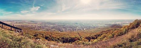 Panoramautsikt av den Nitra staden från den Zobor kullen, rött filter Royaltyfria Bilder