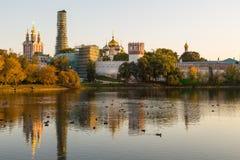 Panoramautsikt av den Novodevichy kloster, Ryssland arkivfoto