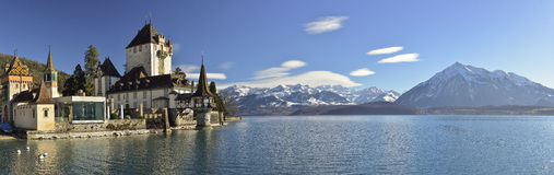 Panoramautsikt av den Oberhofen slotten på sjön Thun, Schweiz royaltyfria bilder