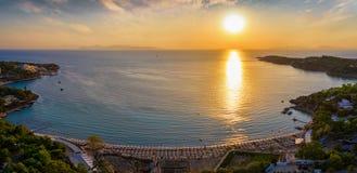 Panoramautsikt av den populära kändisstranden Astir Vouliagmeni royaltyfri fotografi