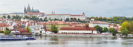 Panoramautsikt av den Prague slotten, Tjeckien, på kusten av Vltava Arkivfoton