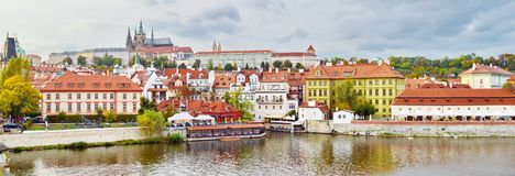 Panoramautsikt av den Prague slotten, Tjeckien, på kusten av Vltava Royaltyfri Bild