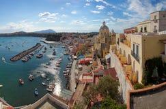 Panoramautsikt av den Procida ön i Italien royaltyfri foto