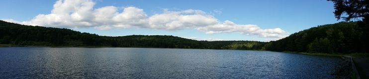 Panoramautsikt av den prydliga knoppsjön royaltyfri fotografi