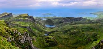 Panoramautsikt av den Quiraing kustlinjen i skotska högländer arkivfoton