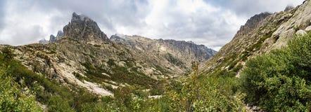 Panoramautsikt av den Restonica dalen framme av Lombarduccio, 2261m ett högt berg i Korsika royaltyfri bild