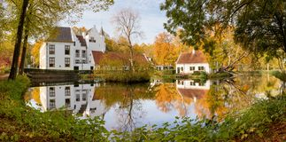 Panoramautsikt av den Rhoon slotten i den holländska staden av Rhoon, S royaltyfri bild