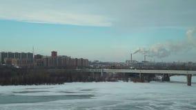 Panoramautsikt av den ryska staden med d?lig ekologi stock video
