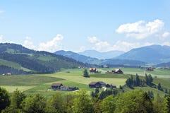Panoramautsikt av den schweiziska bergbyn i fjällängar Arkivfoton