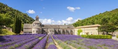 Panoramautsikt av den Senanque abbotskloster Arkivbilder