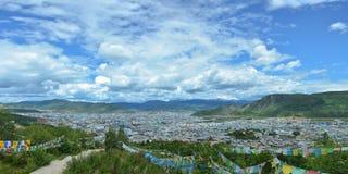 Panoramautsikt av den Shangri-La staden, Yunnan landskap, Kina royaltyfria foton