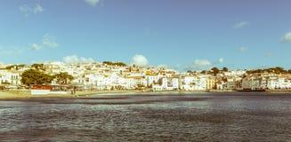 Panoramautsikt av den spanska staden av Cadaques, det berömda litet Arkivbild