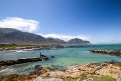 Panoramautsikt av den steniga punktnaturreserven i fjärd för Betty ` s nära Cape Town, Sydafrika Arkivbilder