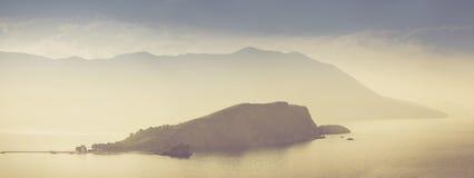Panoramautsikt av den Sveti Nikola ön på soluppgång Budva Montenegro adriatic hav Royaltyfri Bild