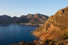 Panoramautsikt av den Tilos ön Tilos ö med bergbakgrund, Tilos, Grekland Tilos är den lilla ön som lokaliseras i det Aegean havet royaltyfri bild