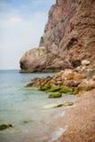 Panoramautsikt av den trevliga färgrika enorma klippan och havet på baksidan Fotografering för Bildbyråer