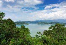 Panoramautsikt av den tropiska ön Royaltyfri Bild