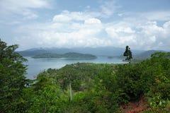 Panoramautsikt av den tropiska ön Arkivbild