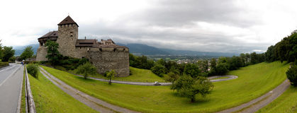 Panoramautsikt av den Vaduz slotten i Liechtenstein Fotografering för Bildbyråer