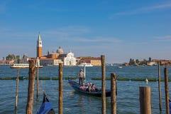 Panoramautsikt av den Venedig lagun med pir och gondol och byggnader på Venedig Royaltyfri Fotografi
