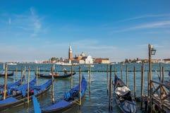 Panoramautsikt av den Venedig lagun med pir och gondol och byggnader på Venedig Arkivfoton