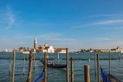 Panoramautsikt av den Venedig lagun med pir och gondol och byggnader på Venedig Royaltyfri Foto