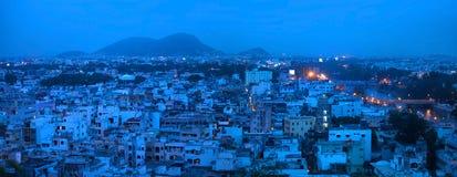 Panoramautsikt av den Vijayawada staden Arkivfoton