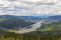 Panoramautsikt av den Yukon Kuskokwim floddeltan nära Dawson City, Kanada Royaltyfri Foto