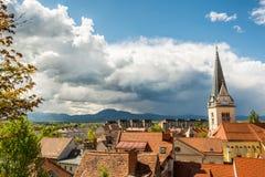 Panoramautsikt av det bostads- området med ett kyrkligt torn Arkivbilder