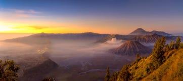 Panoramautsikt av det Bromo berget i morgonen royaltyfria bilder