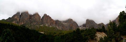 Panoramautsikt av det härliga dolomiteberglandskapet Arkivfoto
