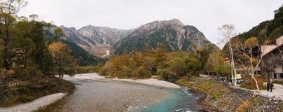 Panoramautsikt av det härliga snöberget med floden på den Kamikochi nationalparken royaltyfri bild