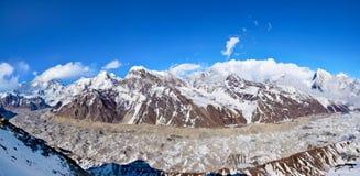 Panoramautsikt av det Himalayan området och glaciären från överkant av Mt Arkivbild