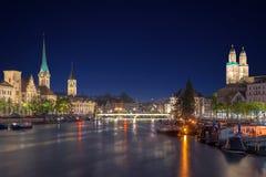 Panoramautsikt av det historiska Zurich centret med berömda Fraumu Arkivbilder