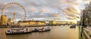 Panoramautsikt av det London ögat och Southbanken royaltyfri fotografi