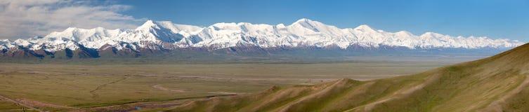 Panoramautsikt av det Pamir berget och Pik Lenin Fotografering för Bildbyråer