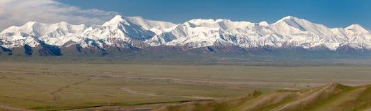 Panoramautsikt av det Pamir berget och Pik Lenin Royaltyfri Bild