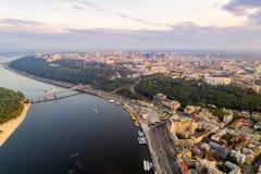 Panoramautsikt av det Podol området, centret och Vladimirskayaen Gorka Allmän sikt av den högra banken av Kiev med Arkivbild