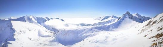 Panoramautsikt av det västra Tatra för vinter berget Arkivfoto