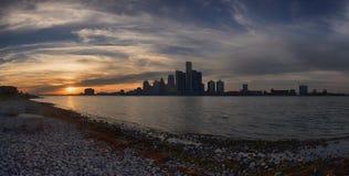 Panoramautsikt av Detroit horisont på solnedgången Royaltyfri Fotografi