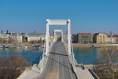 Panoramautsikt av Elisabeth Bridge - Erzsebet är den fjärde bron som förbinder de två bankerna av Buda och plågan till och med en arkivbild