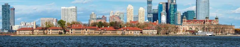 Panoramautsikt av Ellis Island och Manhattan horisont, USA royaltyfri foto