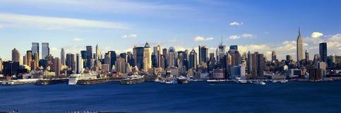 Panoramautsikt av Empire State Building och Manhattan, NY-horisont med Hudson River och hamn, skott från Weehawken, NJ Royaltyfri Foto