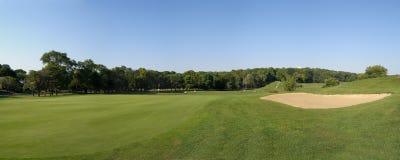 Panoramautsikt av en golfbana Royaltyfri Foto