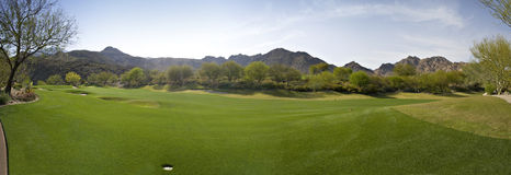 Panoramautsikt av en golfbana Arkivbild