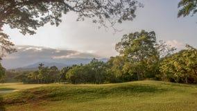 Panoramautsikt av ett hål i cours för en golf arkivfoto